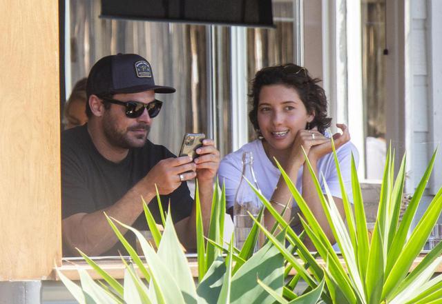 画像: ヴァネッサが働いていたカフェで落ち合う2人。ヴァネッサはザックとの交際が注目を浴びた後、この店を辞めたと伝えられている。