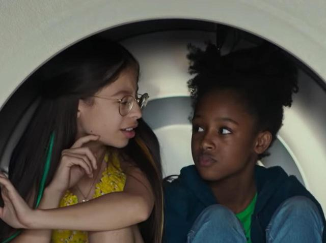 画像: Netflixが11歳の少女を性的に表現したポスターを謝罪、署名が立ち上がるほどの問題となっていた - フロントロウ -海外セレブ情報を発信