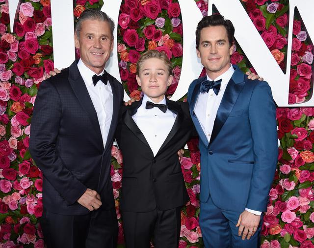 画像: 夫との間に3人の子供をもうけているゴールデン・グローブ賞受賞俳優のマット・ボマー(右)をはじめ、代理母出産によって子供を授かっている男性同士のカップルは多数存在する。