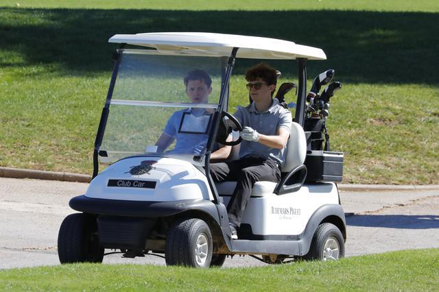 画像1: トム・ホランドがオフにゴルフを楽しむ