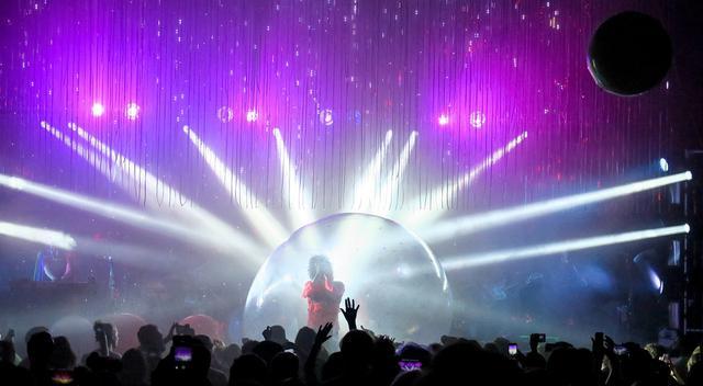 画像2: ザ・フレーミング・リップスの巨大バブルを使ったパフォーマンス