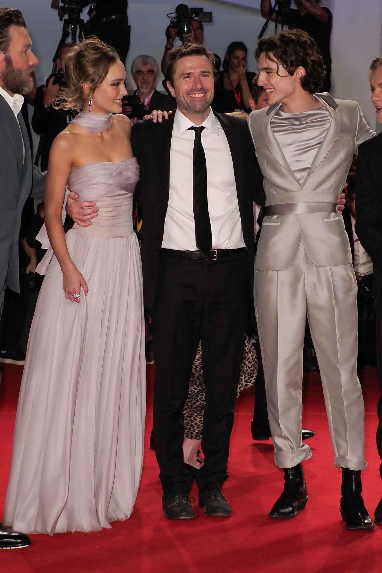 画像: ヴェネチア国際映画祭で行なわれた『キング』のプレミアのレッドカーペットで視線を交わすリリーとティモシー。