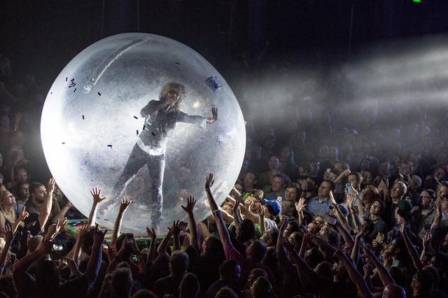 画像1: ザ・フレーミング・リップスの巨大バブルを使ったパフォーマンス