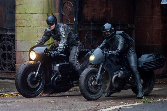 画像1: バットマン休憩中の姿が笑いを誘う