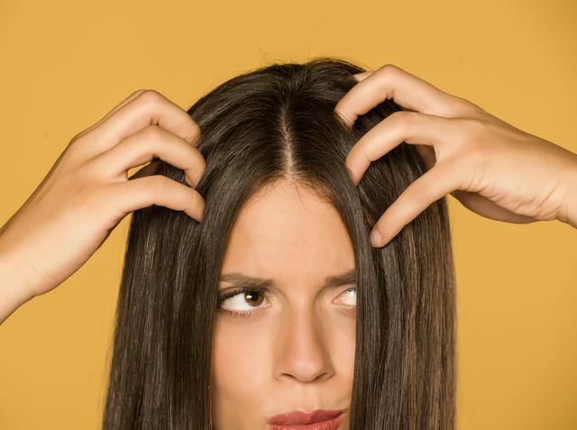 画像: 有名ヘアスタイリストの髪の分け目の隠し方