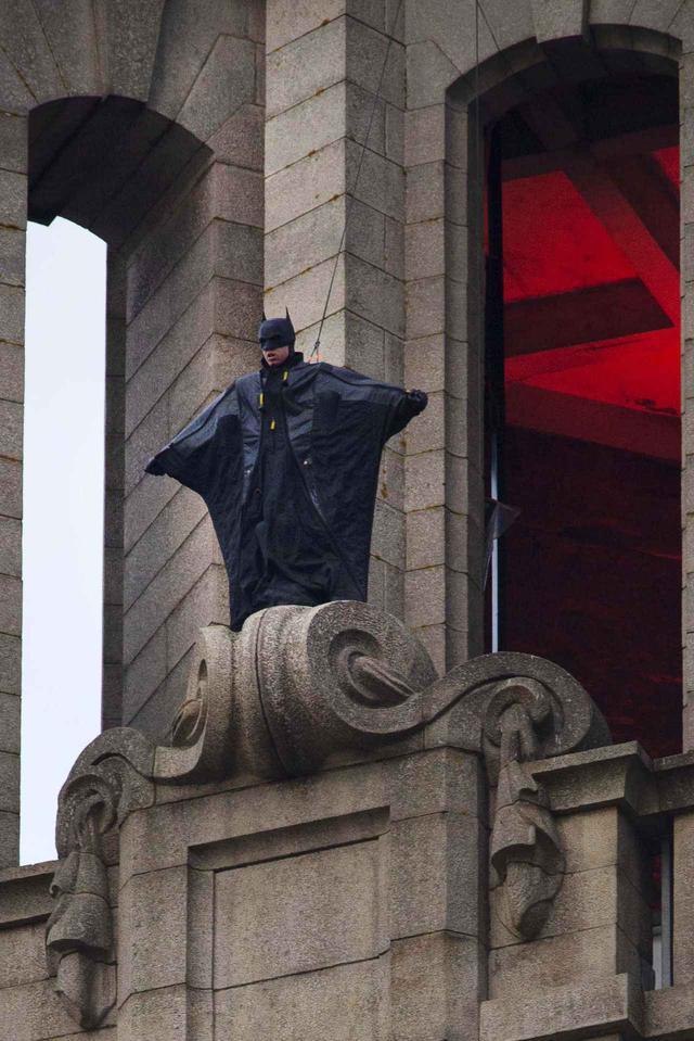 画像: バットマンが飛び立つ!マントはなし