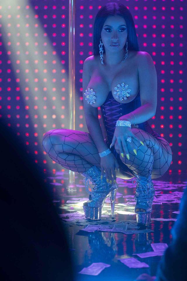 画像: ストリップクラブが舞台の映画『ハスラーズ』にストリッパー役で出演した際のカーディ。