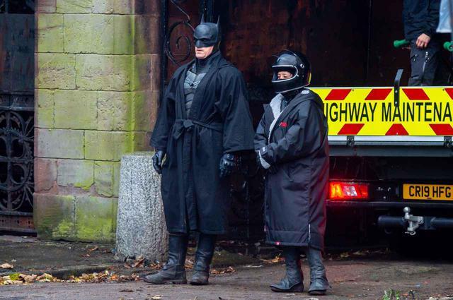 画像: バットマンが休憩中の姿が話題に