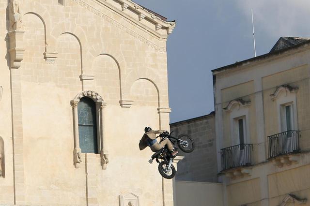 画像: マテーラで撮影されたバイクシーン。