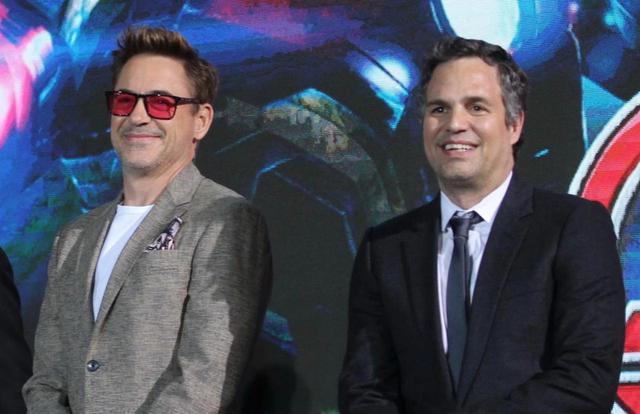画像: アイアンマン役でおなじみのロバート・ダウニー・Jr.(左)とハルク役でおなじみのマーク・ラファロ(右)。