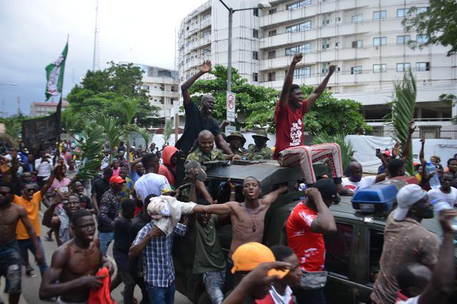 画像: 現地時間10月20日、ナイジェリアのラゴスで撮影。