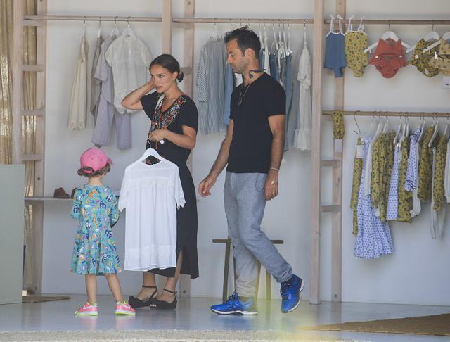 画像: オフの日は、ソー役のクリスが自宅を構えることでも知られるバイロン・ベイでアマリアちゃんとベンジャミンとショッピングを楽しむ様子なども見かけられている。