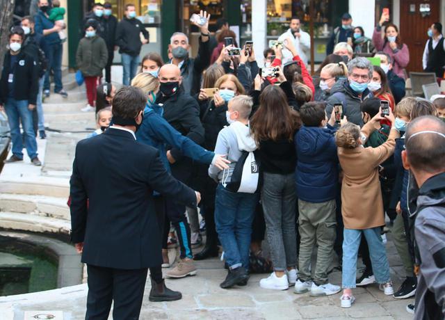 画像3: トム・クルーズが撮影の合間にファンサービス