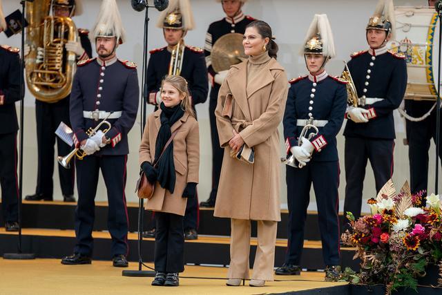 画像1: スウェーデン王室の王女母娘の「リンクコーデ」に熱視線