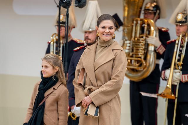 画像2: スウェーデン王室の王女母娘の「リンクコーデ」に熱視線
