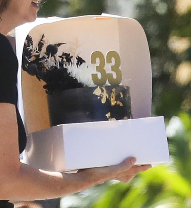 画像: ザックのために用意された真っ黒なケーキ。ゴールドがアクセントになったクールなデザインもヴァネッサのチョイスだと思われる。