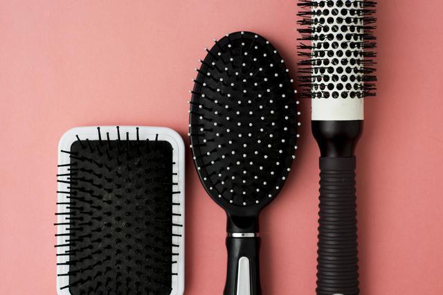 画像: NG習慣1.濡れた状態で髪を梳かす