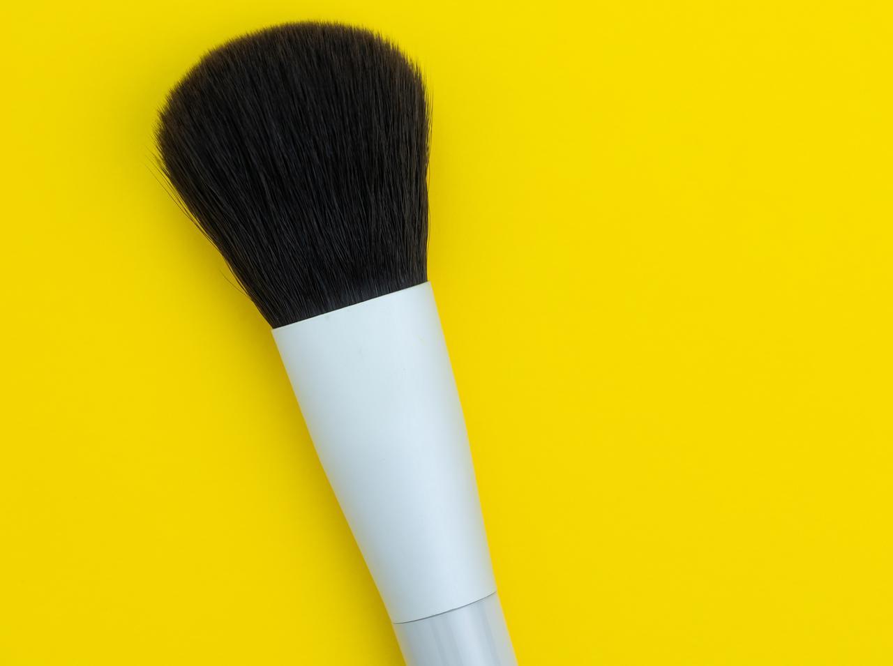 画像: 塗りすぎによる白浮き:ブラシで余分な粉を落とす