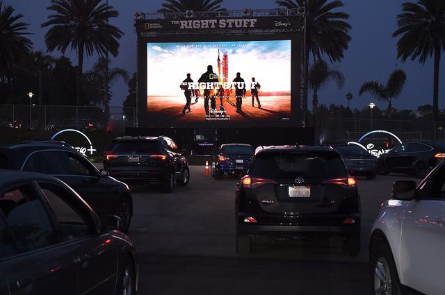 画像: サンタ・モニカで開催されたドラマ『マーキュリー・セブン』のプレミアは感染対策のためにドライブインシアター形式で行なわれた。