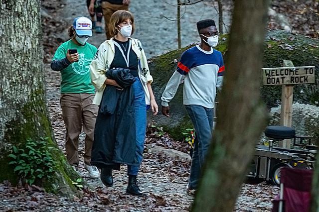 画像: (左から)ダスティン役のゲイテン・マタラッツォ、ロビン役のマヤ・ホーク、ルーカス役のケイレブ・マクラフリン。
