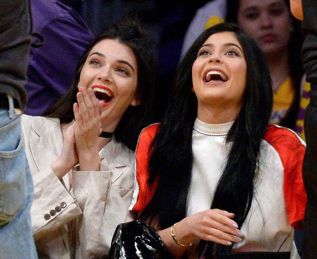 画像: 姉でモデルのケンダル・ジェンナー(左)とカイリー・ジェンナー(右)。