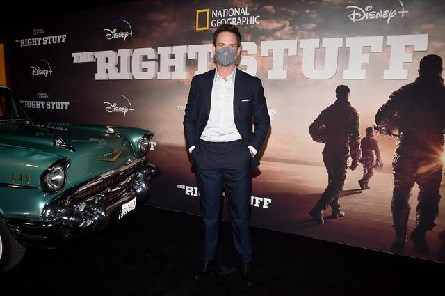 画像: パトリック・J・アダムスらキャストはマスクを着けてレッドカーペットに登場。
