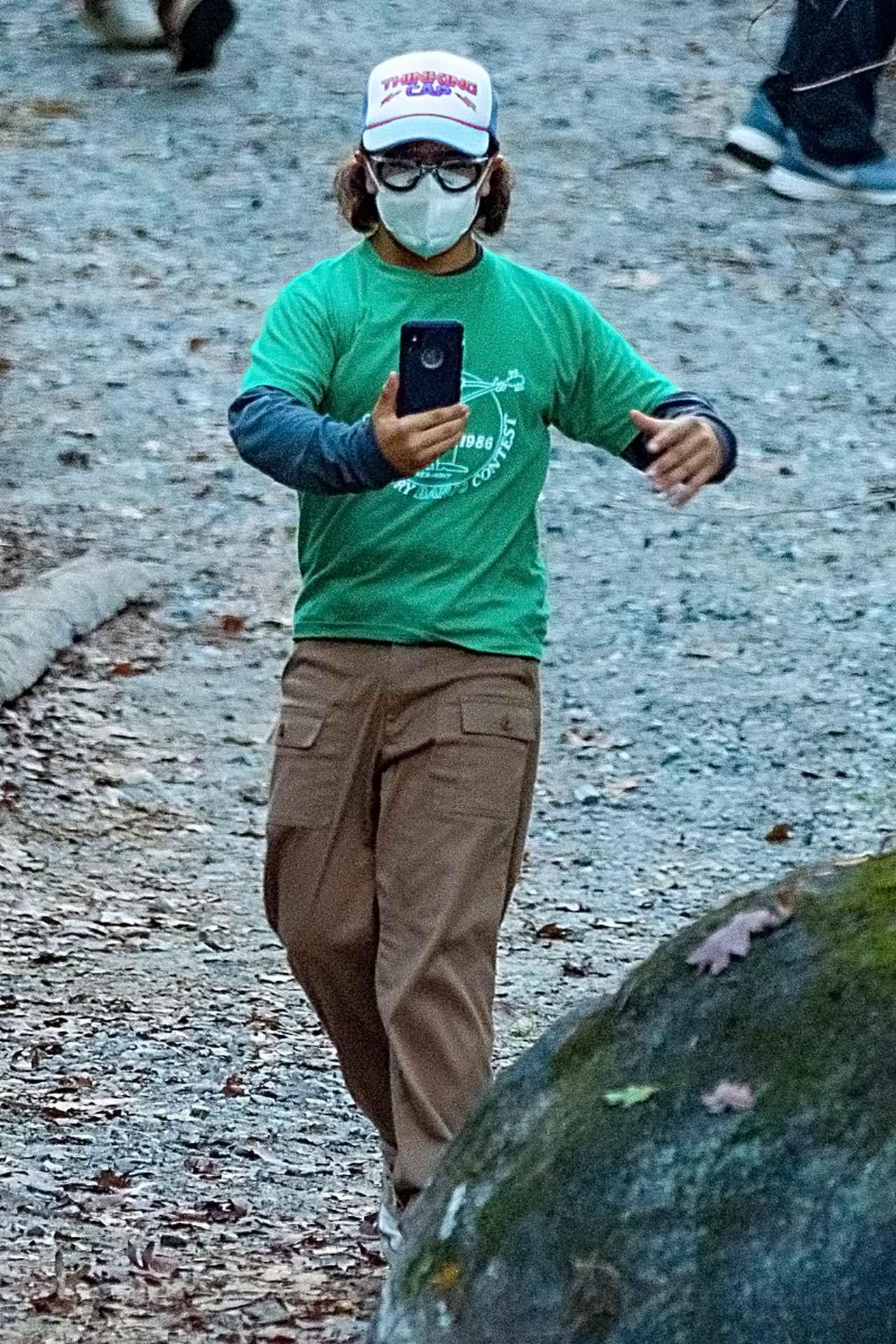 画像1: 嬉しそうにスマホを持って歩き回るゲイテン