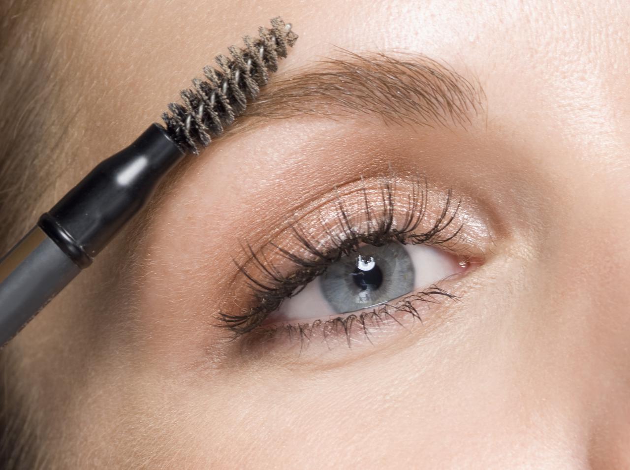 画像1: 毛流れに逆らって眉を描く