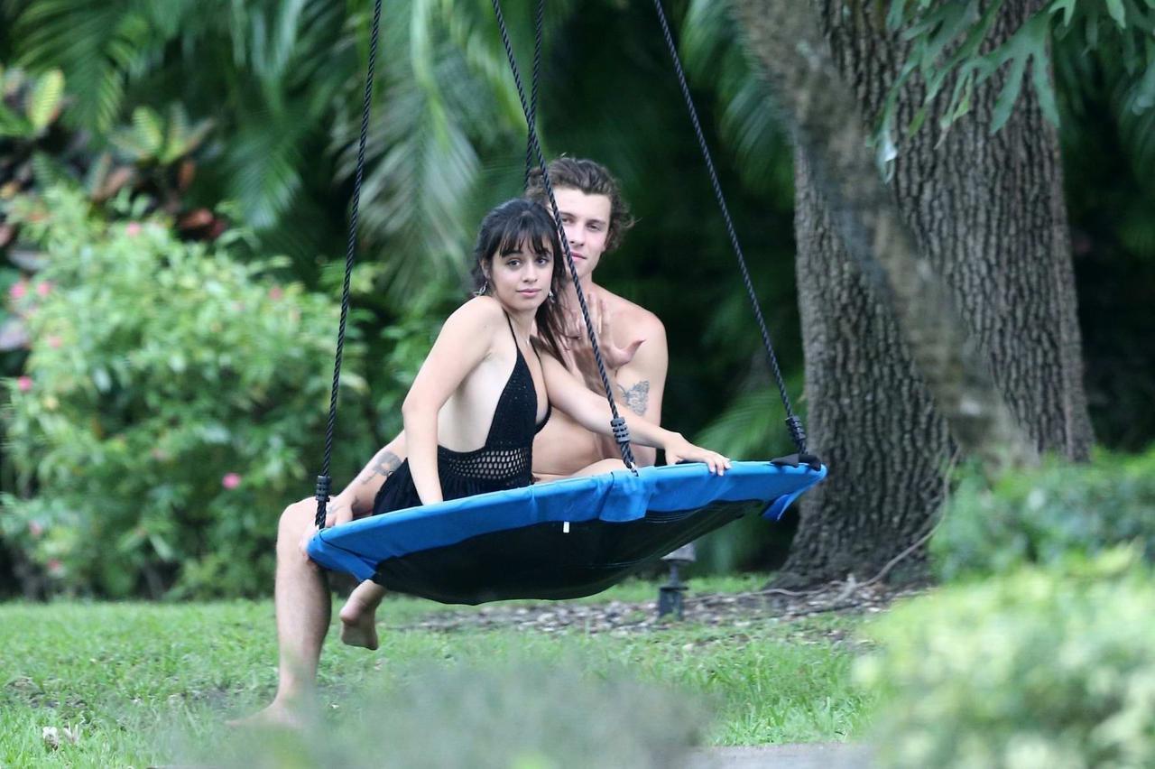 画像: 今年4月、マイアミで一緒にいるところをキャッチされたショーン・メンデス&カミラ・カベロ。