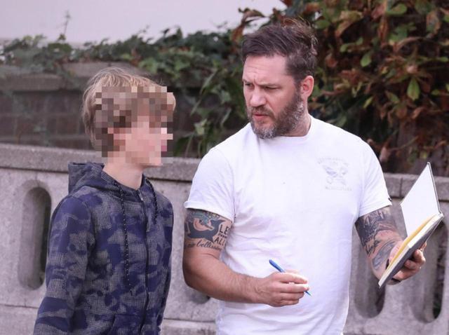 画像: 『マッドマックス』トム・ハーディ、歩きながら12歳息子に何かを熱心に教える【写真アリ】 - フロントロウ -海外セレブ情報を発信