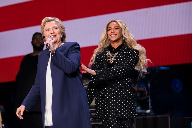 画像: 2016年、ヒラリー・クリントン氏とともに支援コンサート『ゲット・アウト・トゥー・ボート(Get out to Vote)』のステージに立つビヨンセ。