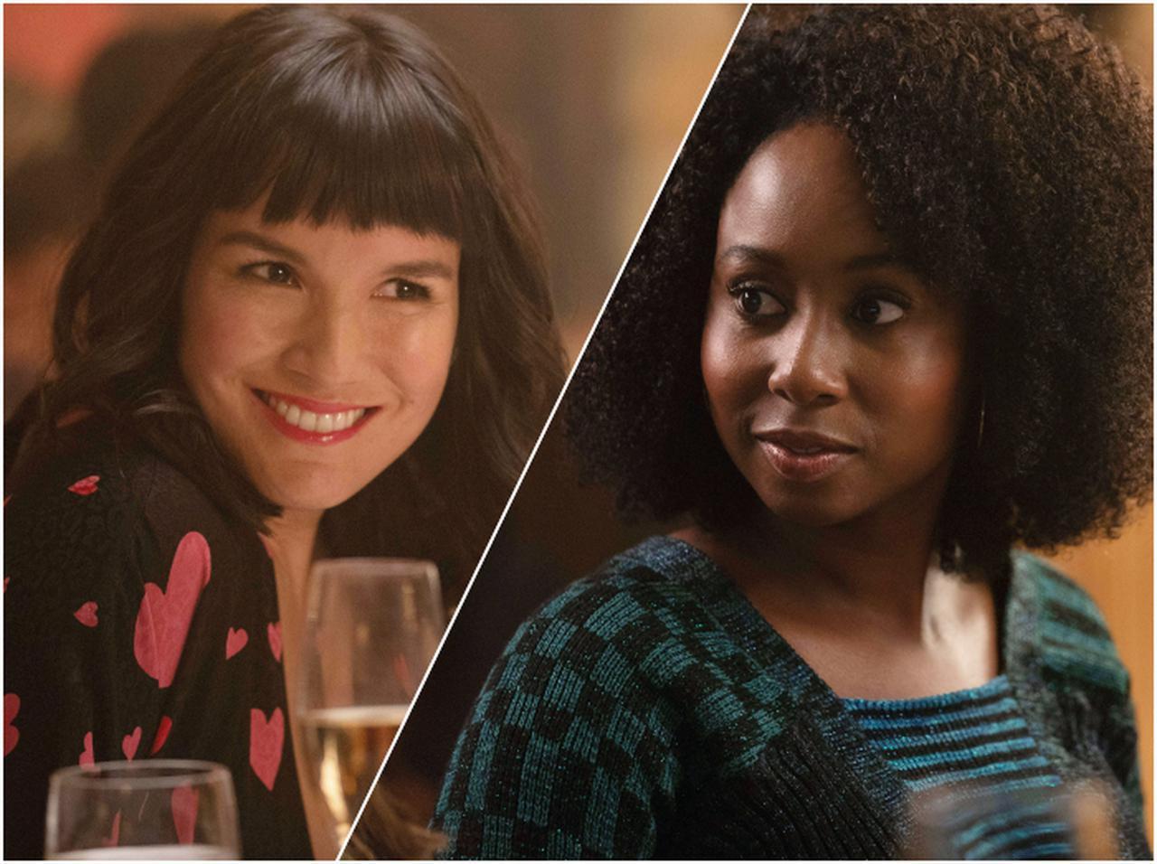 画像: ダービーの友人であるサラとマロリーが「女性から連絡するのはありか」というテーマで激論するシーンも。