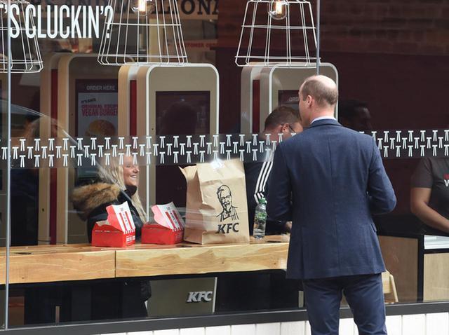 画像: ケンタッキーフライドチキン、ウィリアム王子が店内を「ガン見」する写真をイジる - フロントロウ -海外セレブ情報を発信