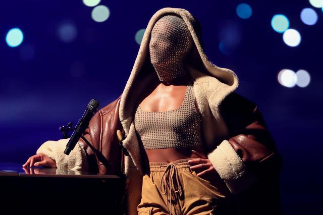 画像: アリシア・キーズが衝撃の姿でステージに登場