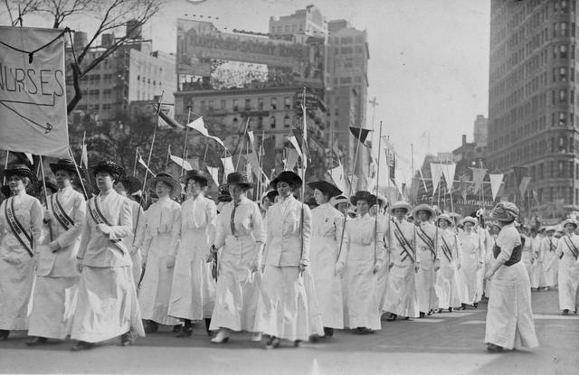 画像: アメリカで女性の投票権のためにデモ行進を行なう女性たち。(1913年にニューヨークで撮影)
