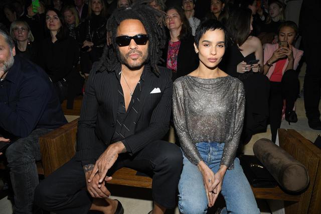 画像: 2020年にサンローランのファッションショーを鑑賞したレニー・クラヴィッツとゾーイ・クラヴィッツ。