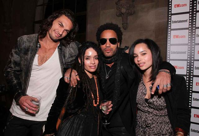 画像: 2010年にパーティーで集まったジェイソン・モモア、リサ・ボネット、レニー・クラヴィッツ、ゾーイ・クラヴィッツ。