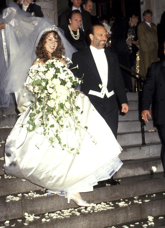 画像: 1993年6月5日に結婚した時、マライアは23歳、トミー・モトーラは43歳。結婚式でマライアが着用した約8メートルのロングトレーンつきのウェディングドレスは、「ウィ・ビロング・トゥゲザー」のMVで着用された。