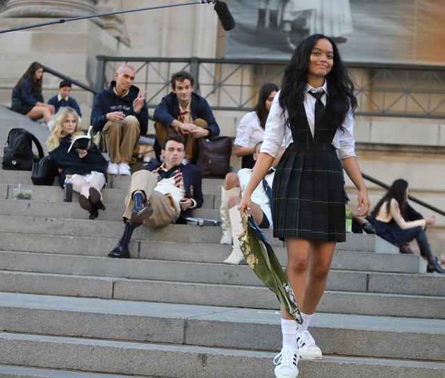 画像: リッチな高校生たちが通う高校の制服に1人だけアディダスのスニーカーを合わせている女性キャラクターを演じるのは、ホイットニー・ピーク(手前)。