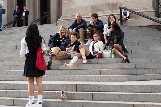 """画像: 後列左から:エミリー・アリン・リンド、トーマス・ドハティ(手前)、エヴァン・モック(奥)、イーライ・ブラウン、坊主へアはジョーダン・アレキサンダー。黒髪ロングはザイオン・モレノ、ブレイズへアがサヴァンナ・スミス。エミリーが""""オードリー""""というキャラクターを演じると発表されている以外、そのほかのキャストの役名やキャラ設定は明かされていない。"""