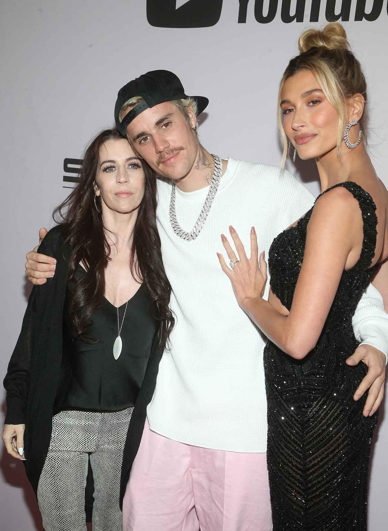 画像: 左がジャスティンの母パティ。妻ヘイリー・ビーバーを同伴したYouTube Originalのドキュメンタリーシリーズ『Justin Bieber: Seasons』のプレミアにて。