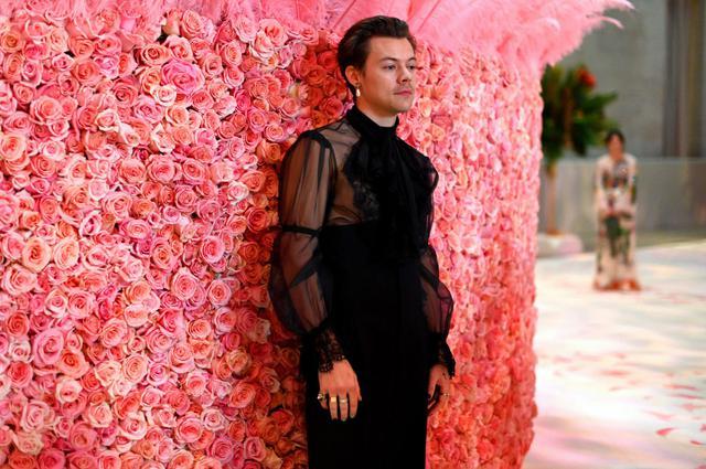 画像: 2019年、グッチ(Gucci)の衣装を身に着けてMETガラに参加したハリー・スタイルズ。