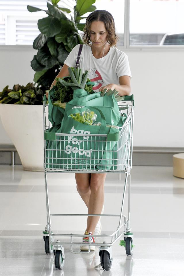 画像1: ナタリー・ポートマンがスーパーで「爆買い」