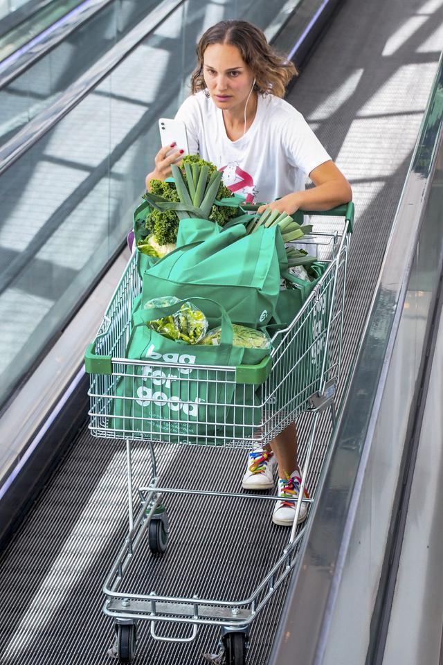 画像3: ナタリー・ポートマンがスーパーで「爆買い」