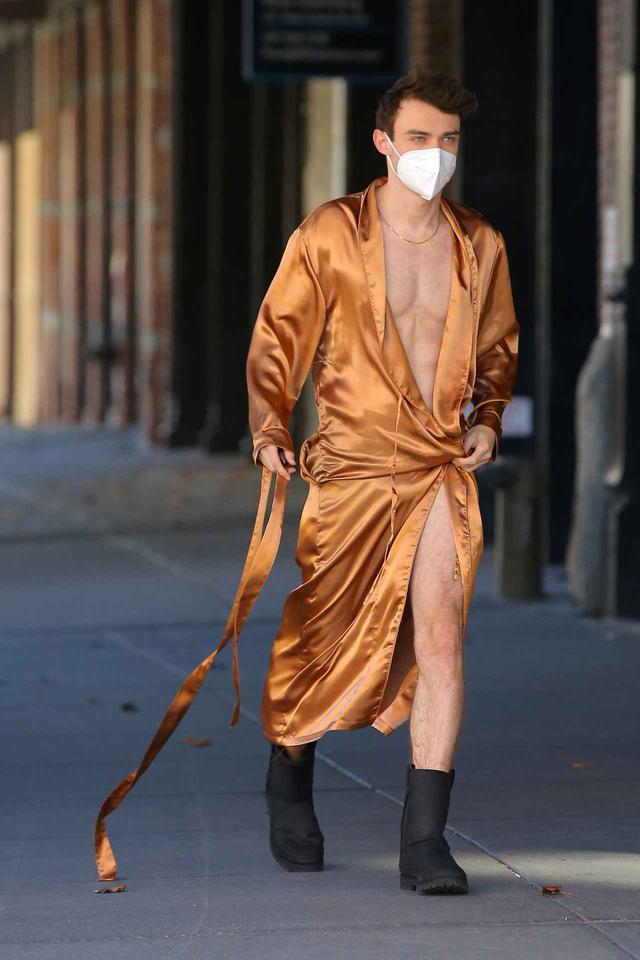 画像: トーマス・ドハーティがほぼ下着姿で登場