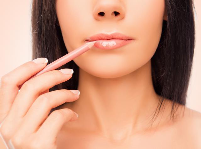 画像: 口紅を塗る前にリップライナーを使う