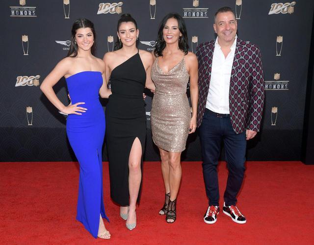 画像: ダミリオ一家。左からチャーリー、姉のディクシー、母ヘイディ、父マーク。