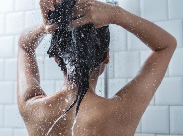 画像: 熱すぎるシャワーは避けて