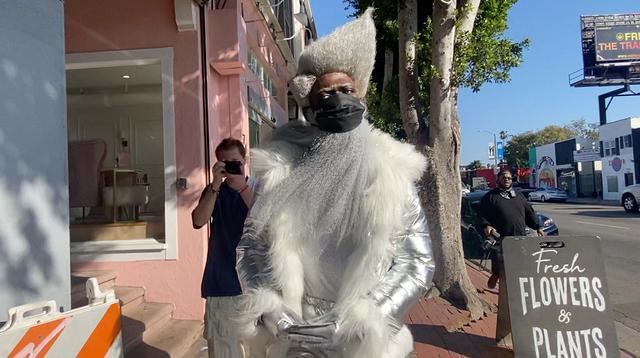画像2: リル・ナズ・X、人目を引く格好でスターバックスへ
