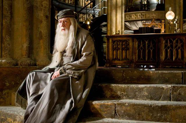 画像: ホグワーツ魔法魔術学校の校長で、ハリーの恩師でもあるアルバス・ダンブルドア(マイケル・ガンボン)。 Photo:©︎CreditWARNER BROS PICTURES / Album/Newscom